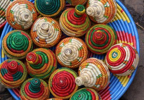 Bunte Bastschachteln auf dem Markt in Äthiopien